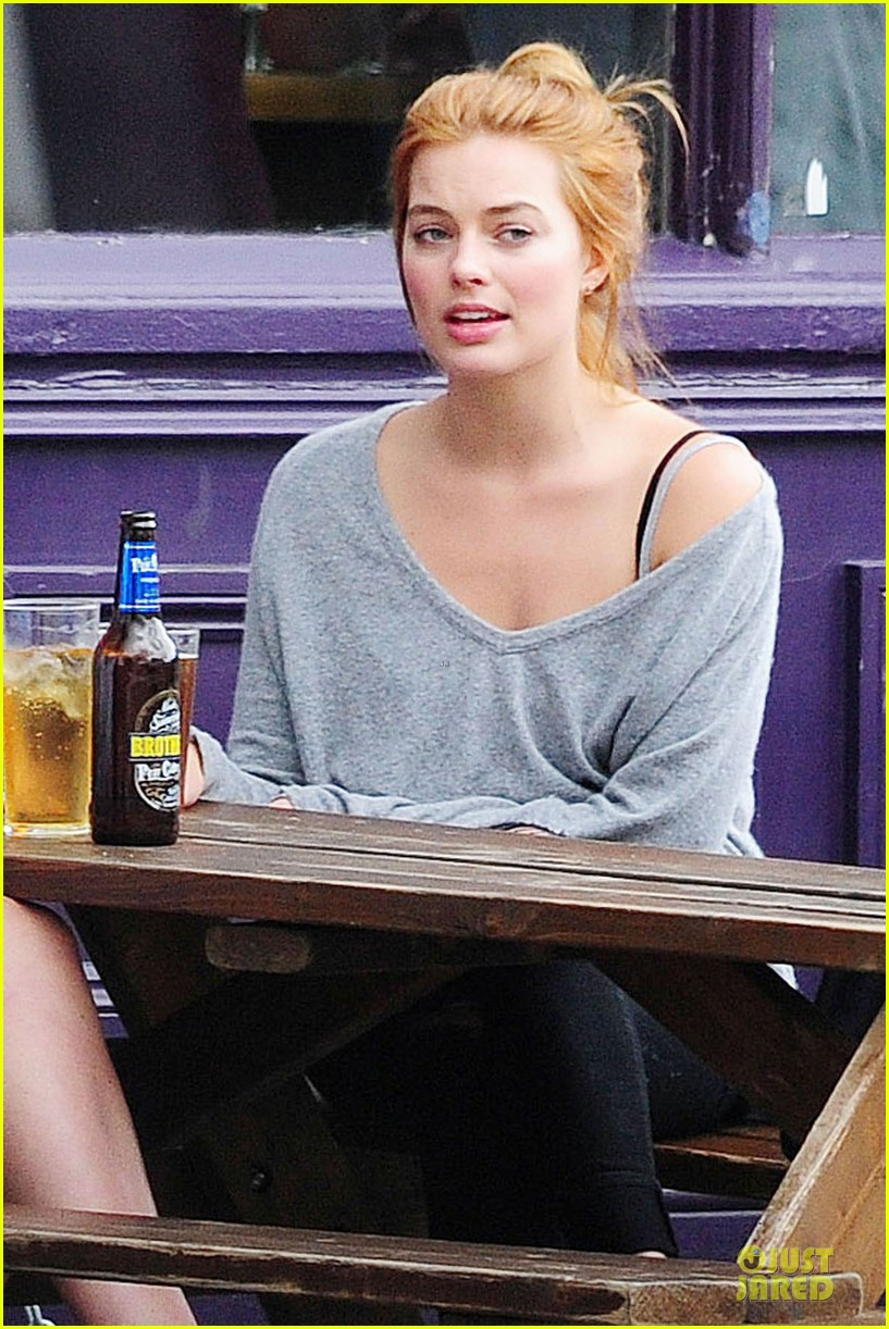 margot robbie smooches mystery man in london 193129961