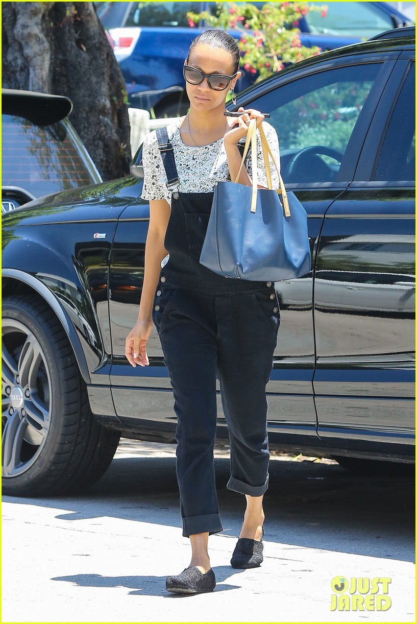 zoe saldana covers her belly after pregnancy rumors surface 043146260
