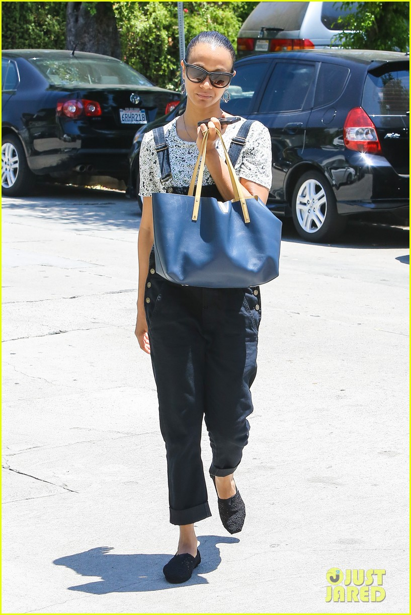 zoe saldana covers her belly after pregnancy rumors surface 053146261