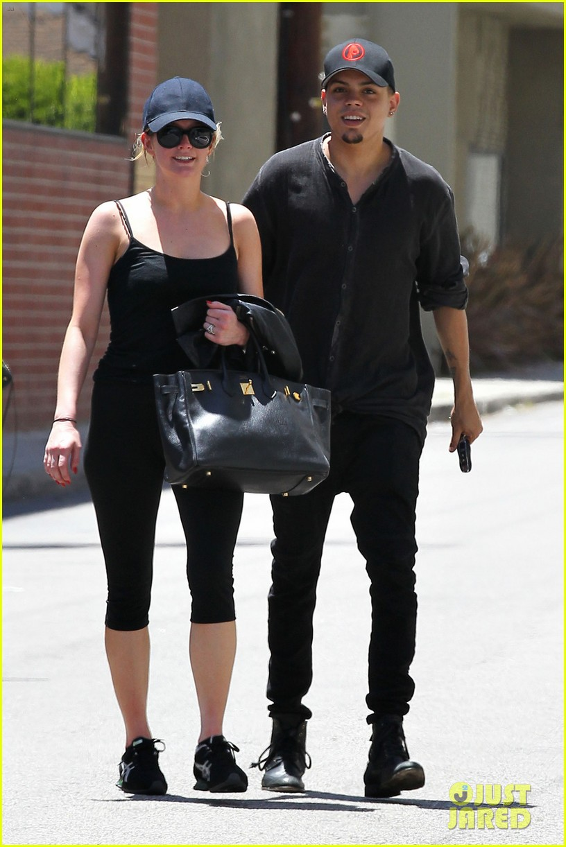 ashlee simpson loves to have jessica dress her up 013138907