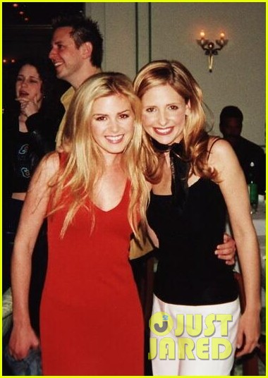 sarah michelle gellar celebrates tbt with a cute pic of isla fisher 04