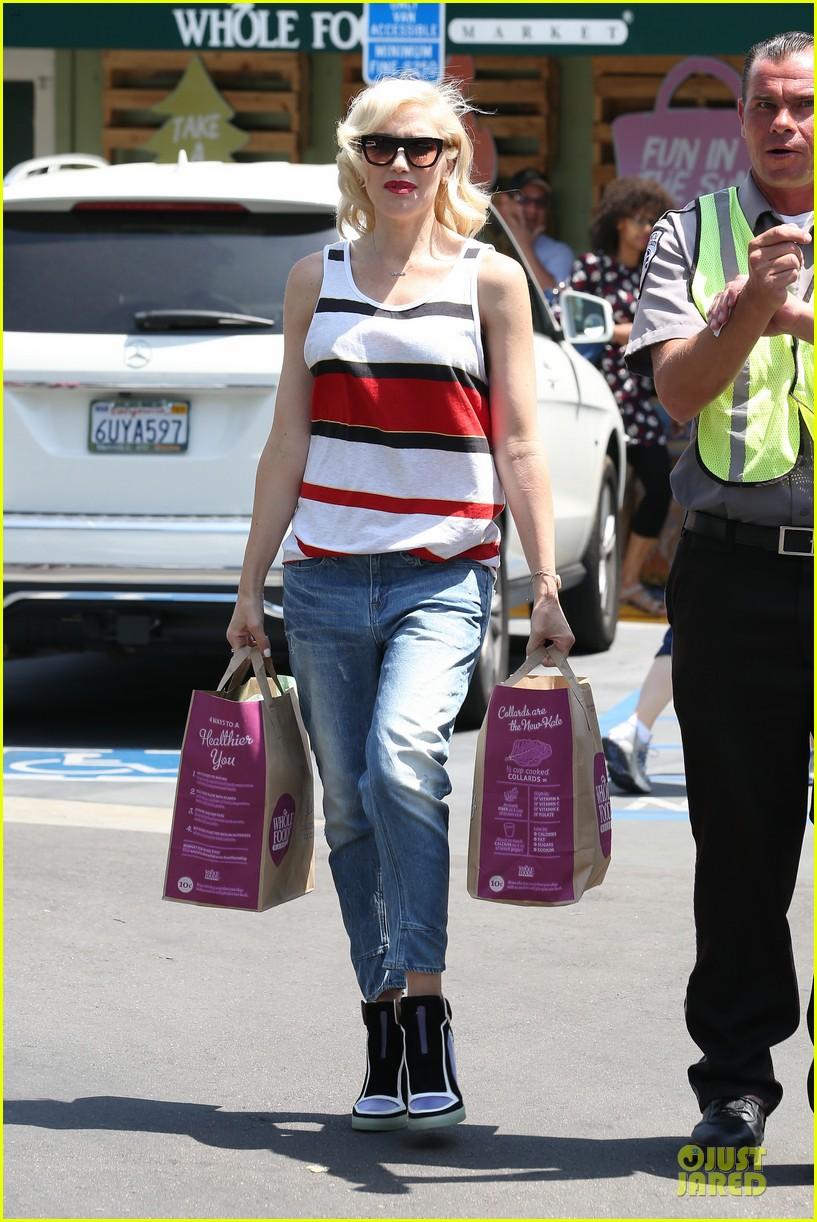 gwen stefani shows off black bra at sunday grocery run 053131104