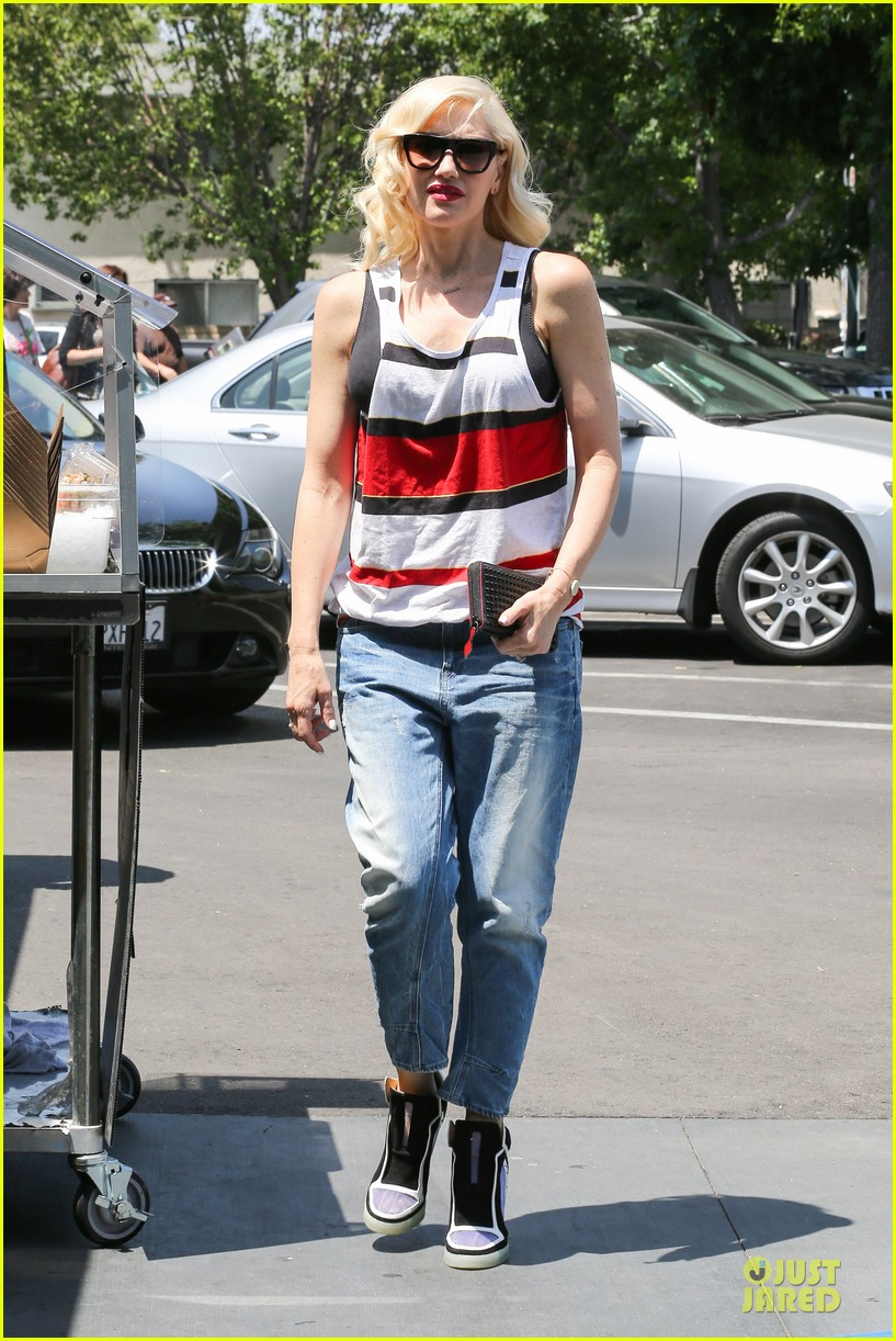 gwen stefani shows off black bra at sunday grocery run 103131109