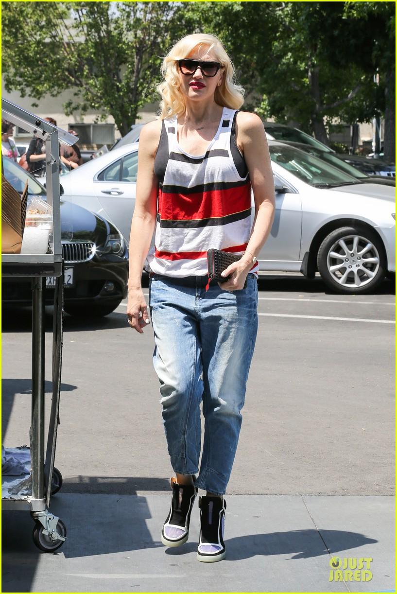 gwen stefani shows off black bra at sunday grocery run 10