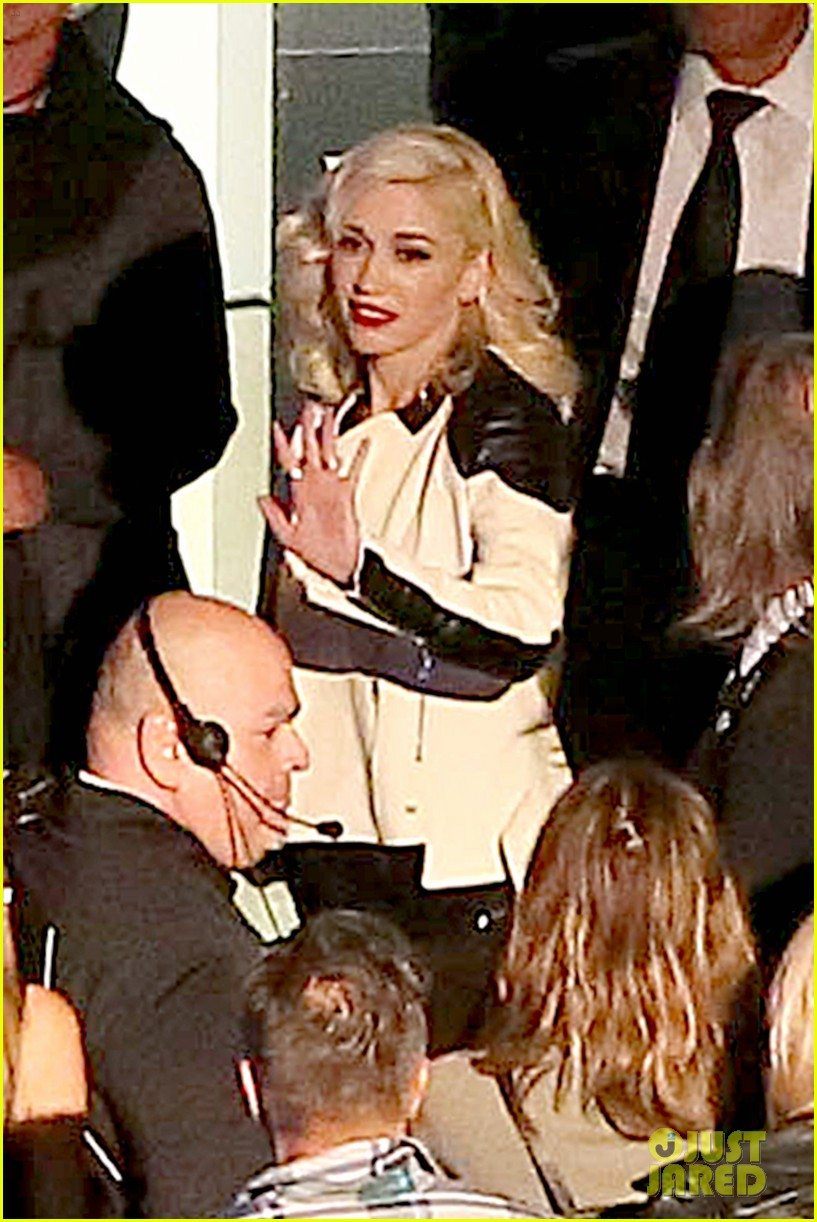 gwen stefani surprises audience performs hollaback girl at hollywood bowl 083126073