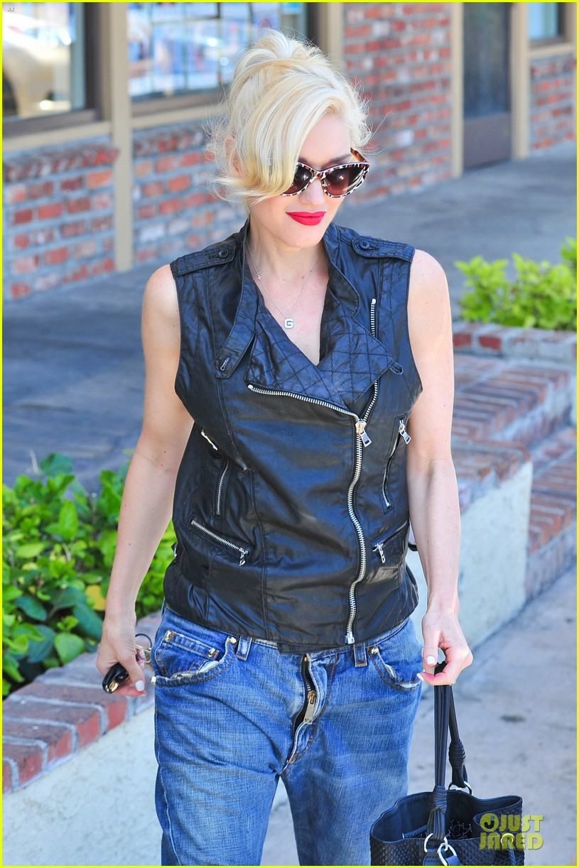 gwen stefani hot pink at acupuncture clinic 02