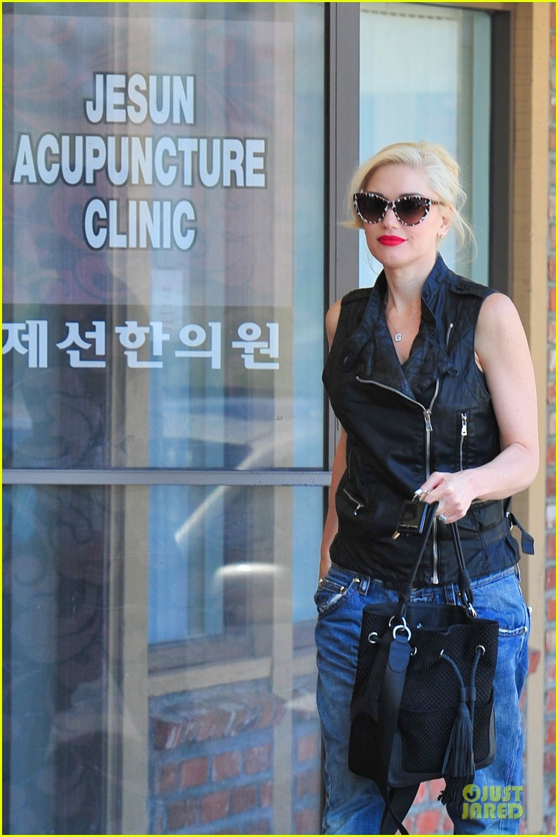 gwen stefani hot pink at acupuncture clinic 083130264