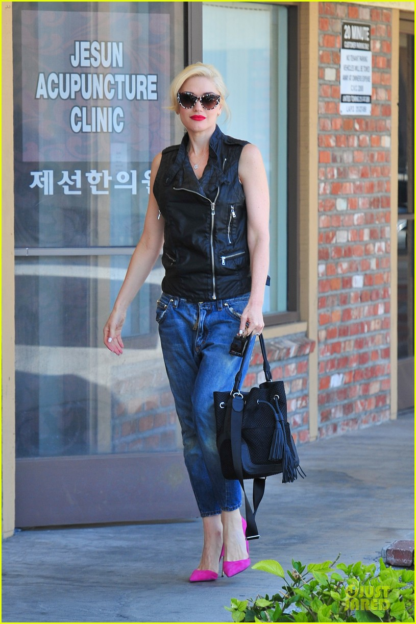 gwen stefani hot pink at acupuncture clinic 093130265