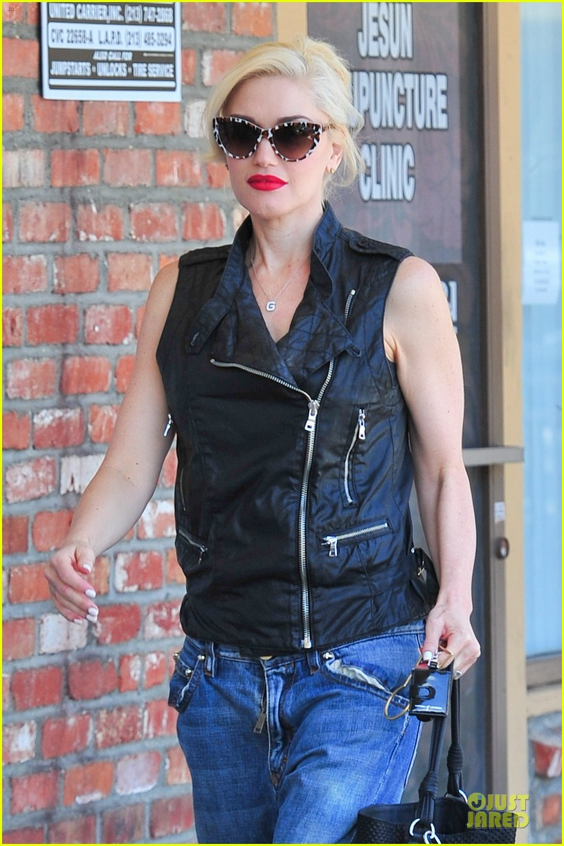 gwen stefani hot pink at acupuncture clinic 113130267