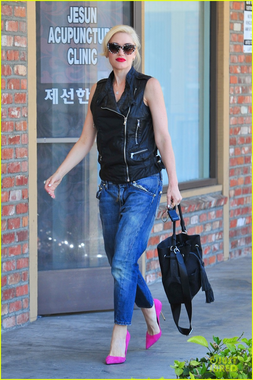 gwen stefani hot pink at acupuncture clinic 133130269