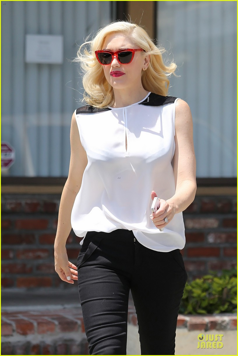 gwen stefani hot pink at acupuncture clinic 173130273