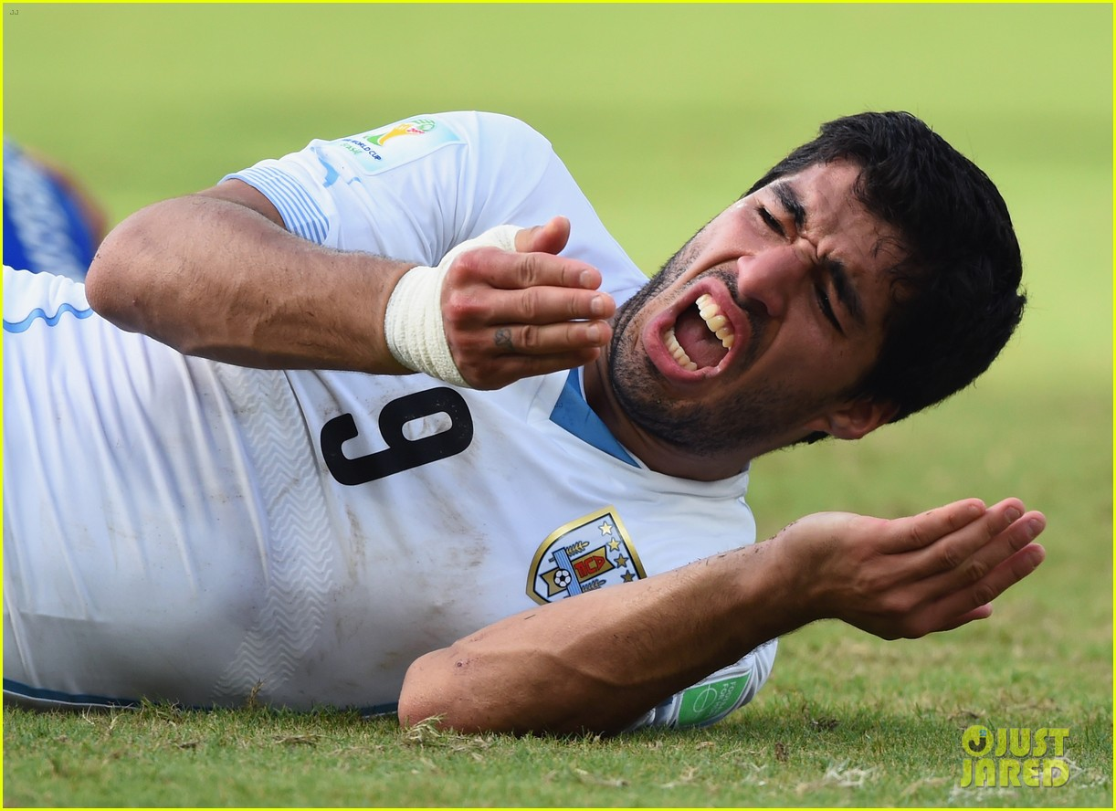 luis suarez apologizes for biting giogio chiellini 023146925