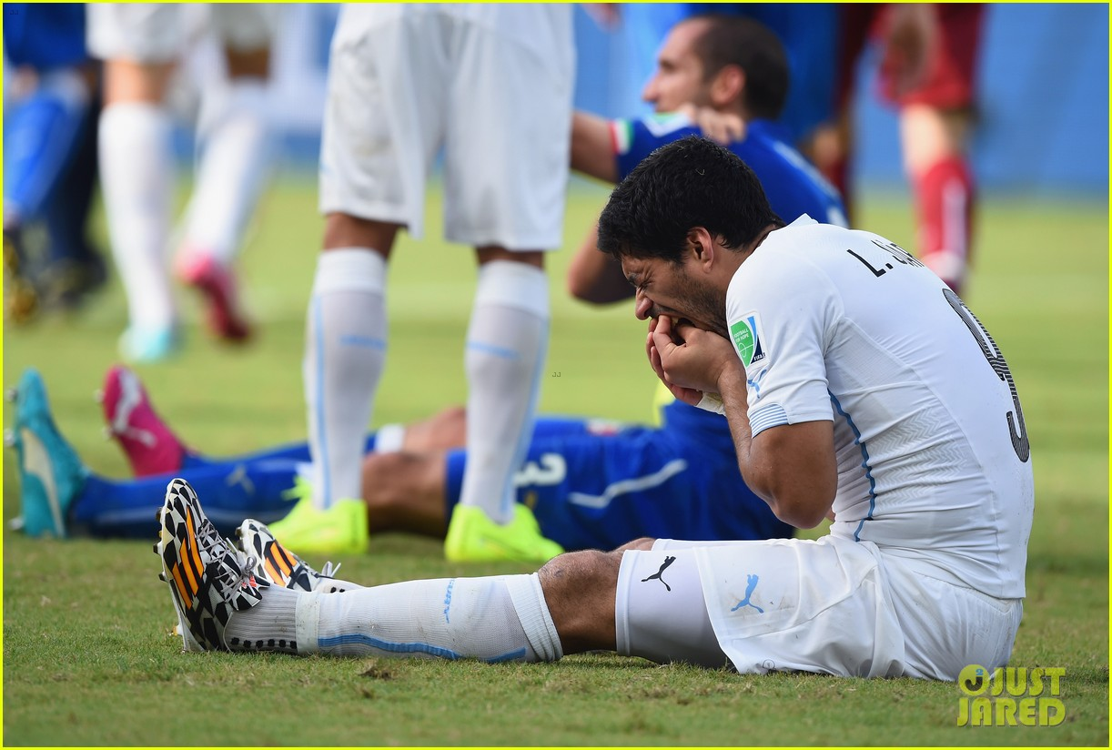 luis suarez apologizes for biting giogio chiellini 063146929
