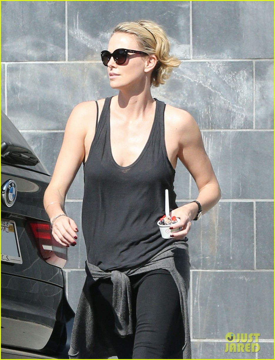 charlize theron forgets money at pinkberry returns later with huge tip 02
