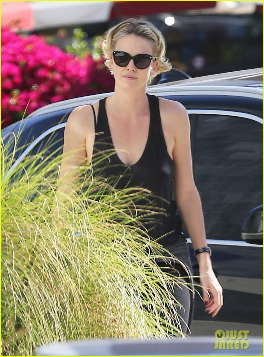 charlize theron forgets money at pinkberry returns later with huge tip 043128206