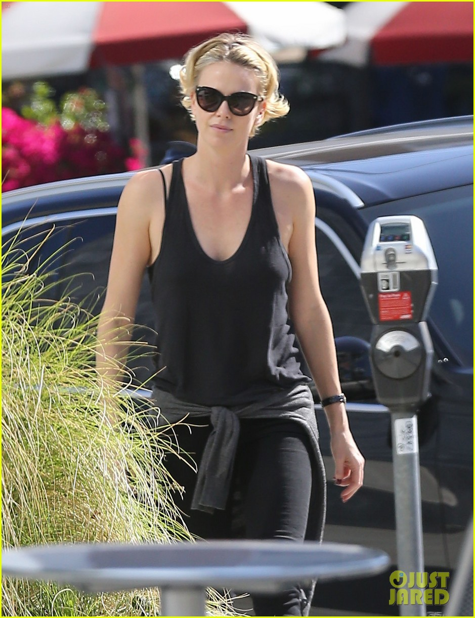 charlize theron forgets money at pinkberry returns later with huge tip 06