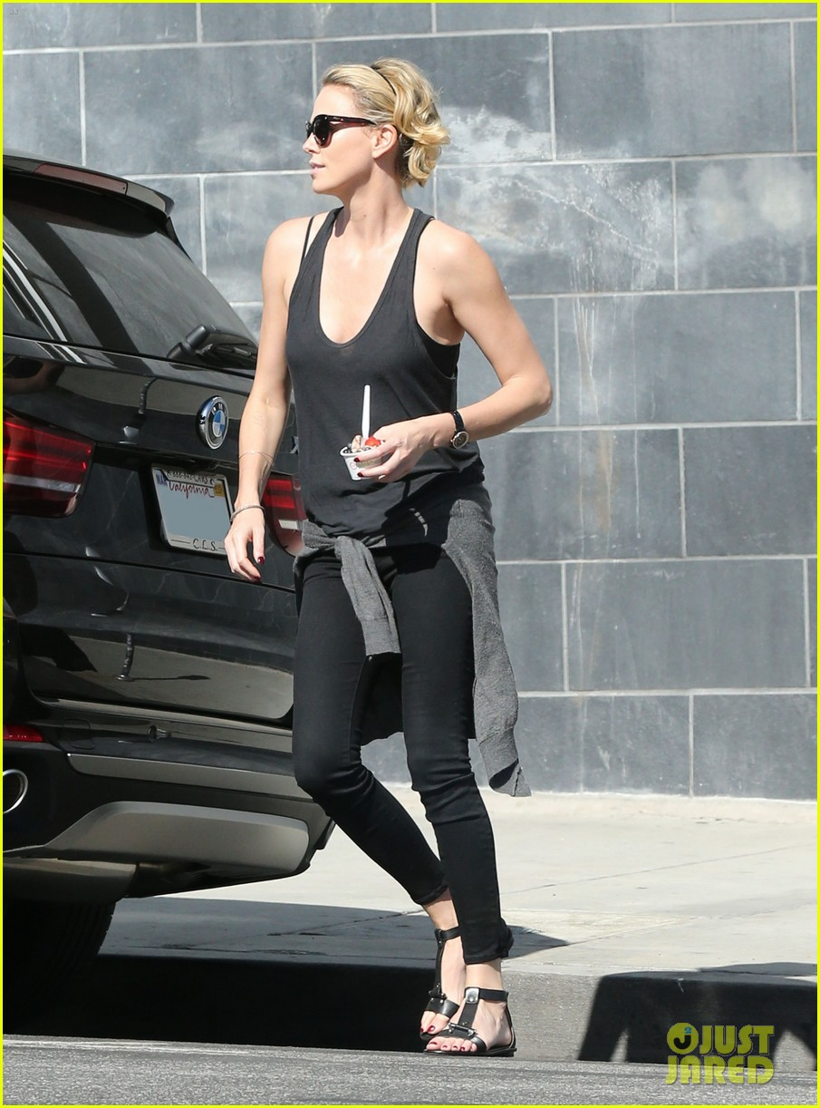 charlize theron forgets money at pinkberry returns later with huge tip 103128212