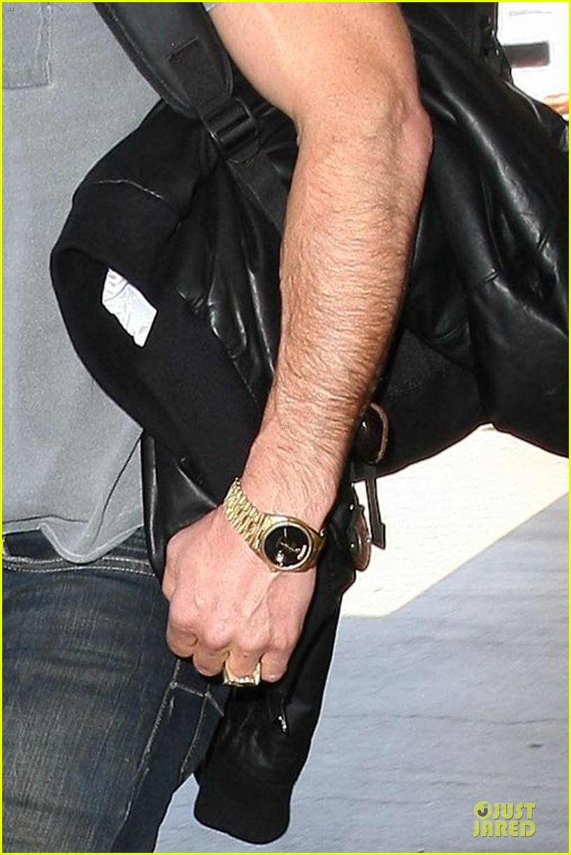justin theroux punches wall for leftovers poster 103130121