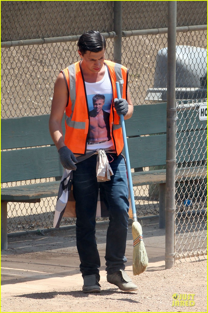 vatalii sediuk wears brad pitt t shirt to do community service 073133702