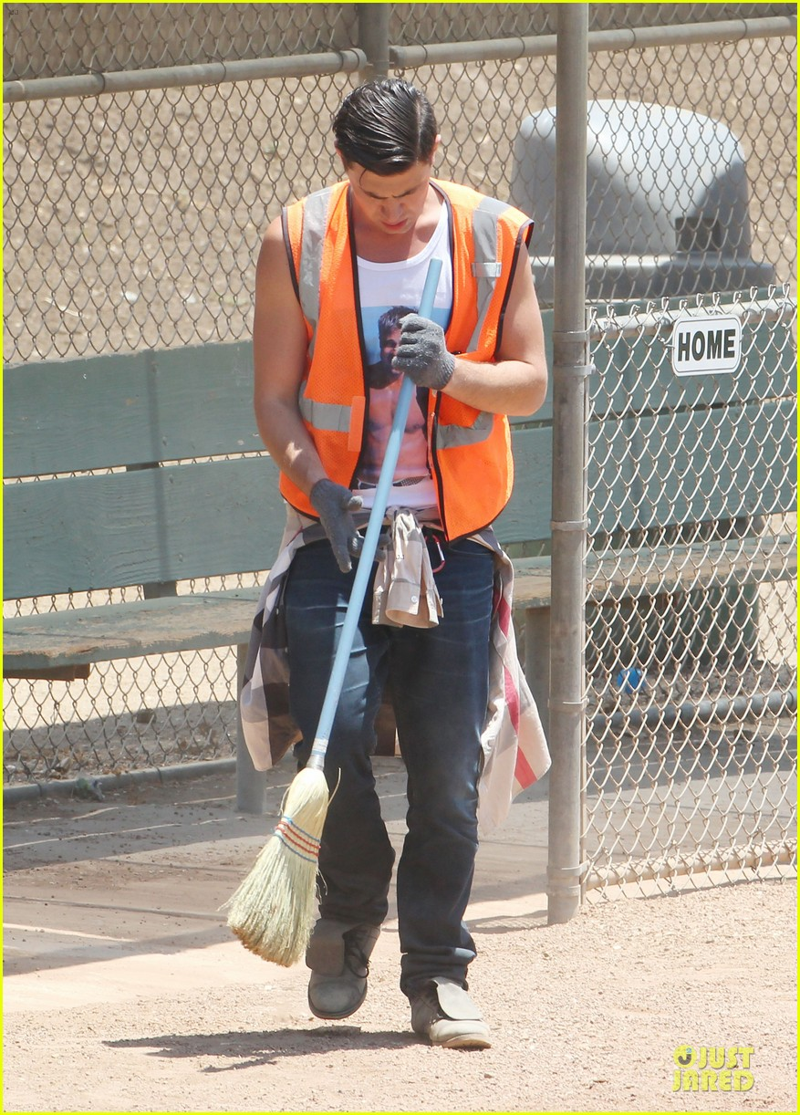 vatalii sediuk wears brad pitt t shirt to do community service 08