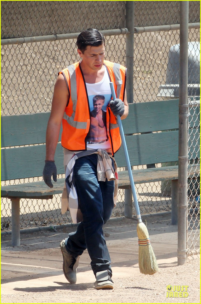 vatalii sediuk wears brad pitt t shirt to do community service 103133705