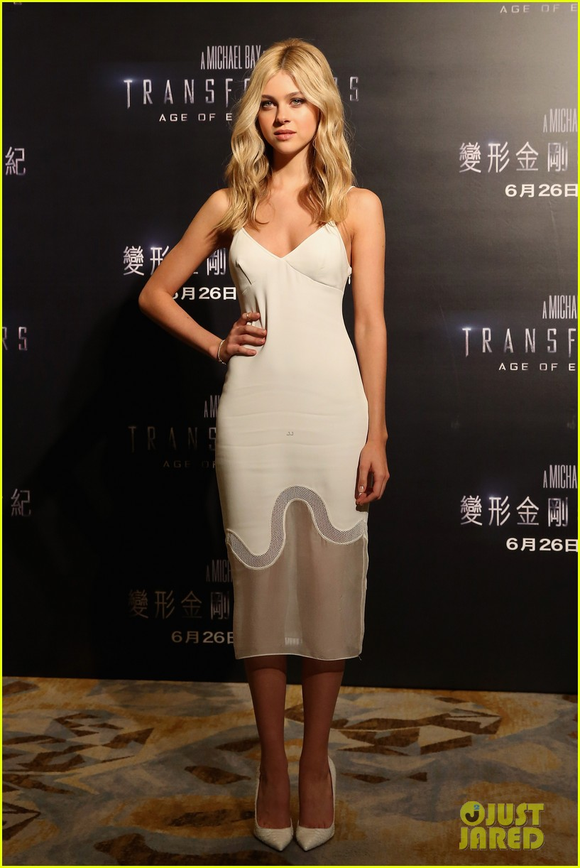 mark wahlberg nicola peltz tone it down for transformers 4 hong kong photo call 103139769