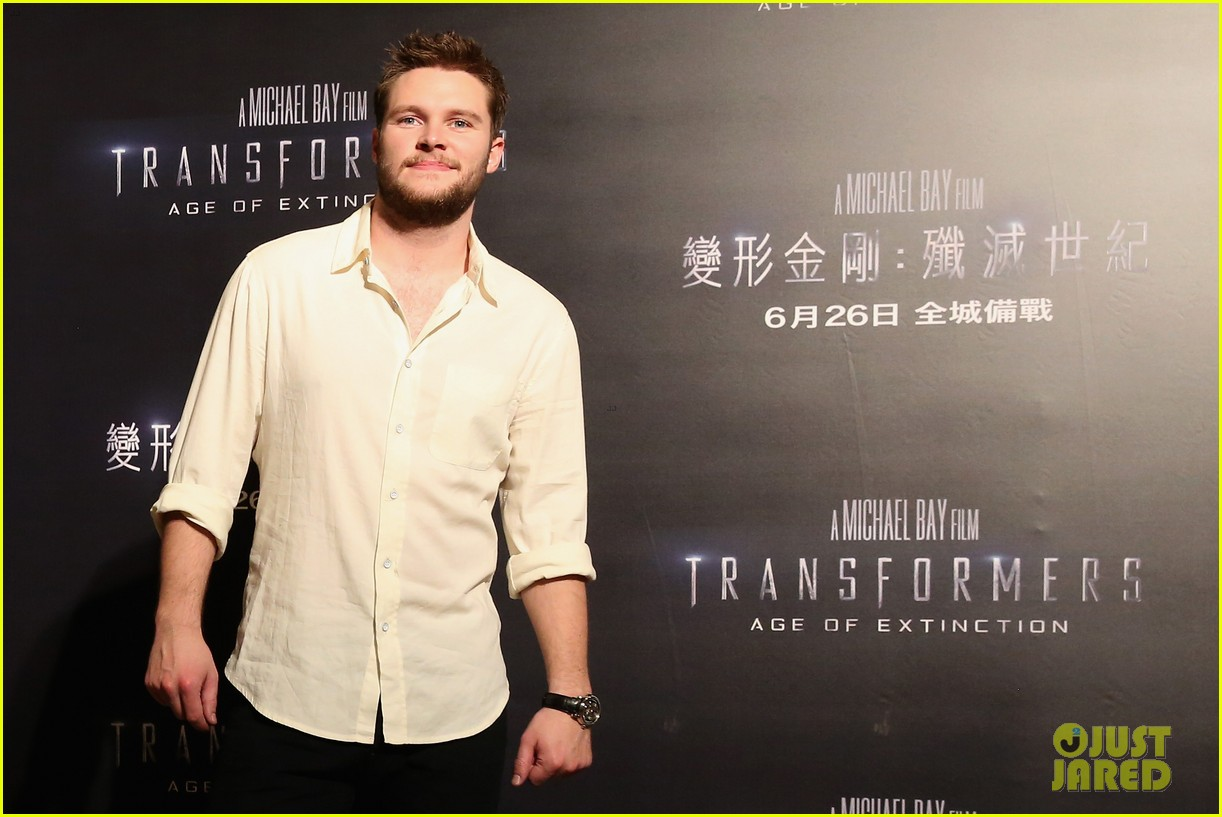 mark wahlberg nicola peltz tone it down for transformers 4 hong kong photo call 19