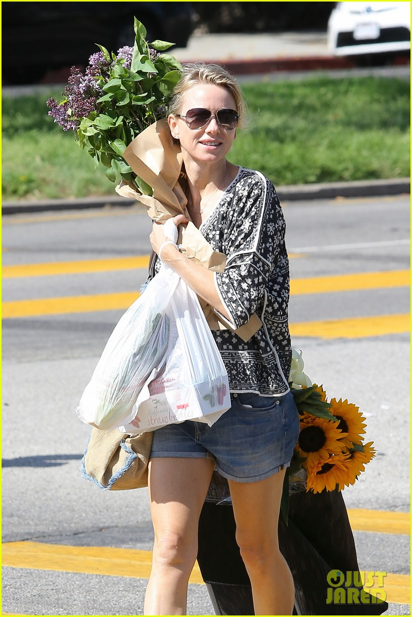 naomi watts is a flowery gal at the farmers apartment 023126083