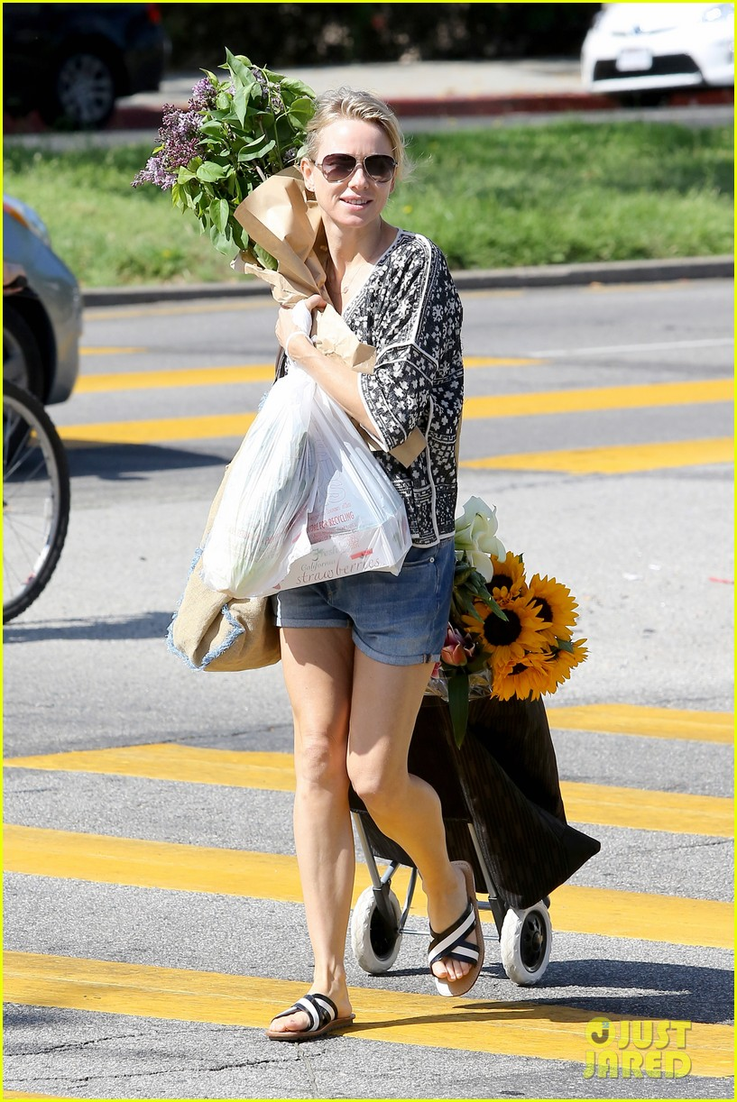 naomi watts is a flowery gal at the farmers apartment 033126084