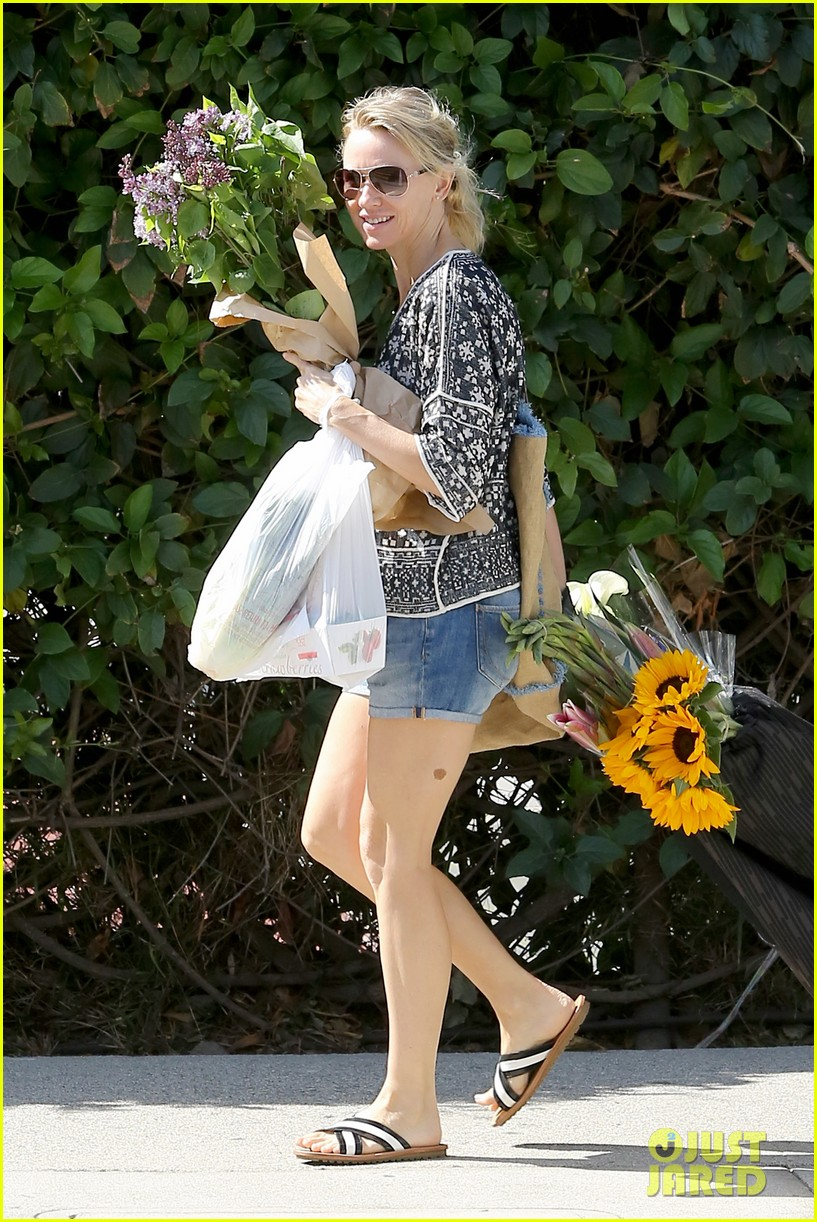 naomi watts is a flowery gal at the farmers apartment 063126087