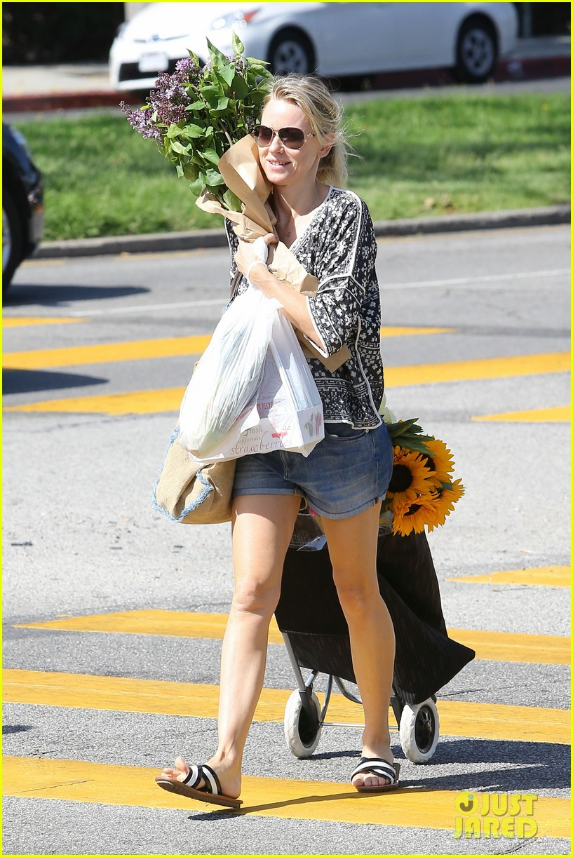 naomi watts is a flowery gal at the farmers apartment 093126090