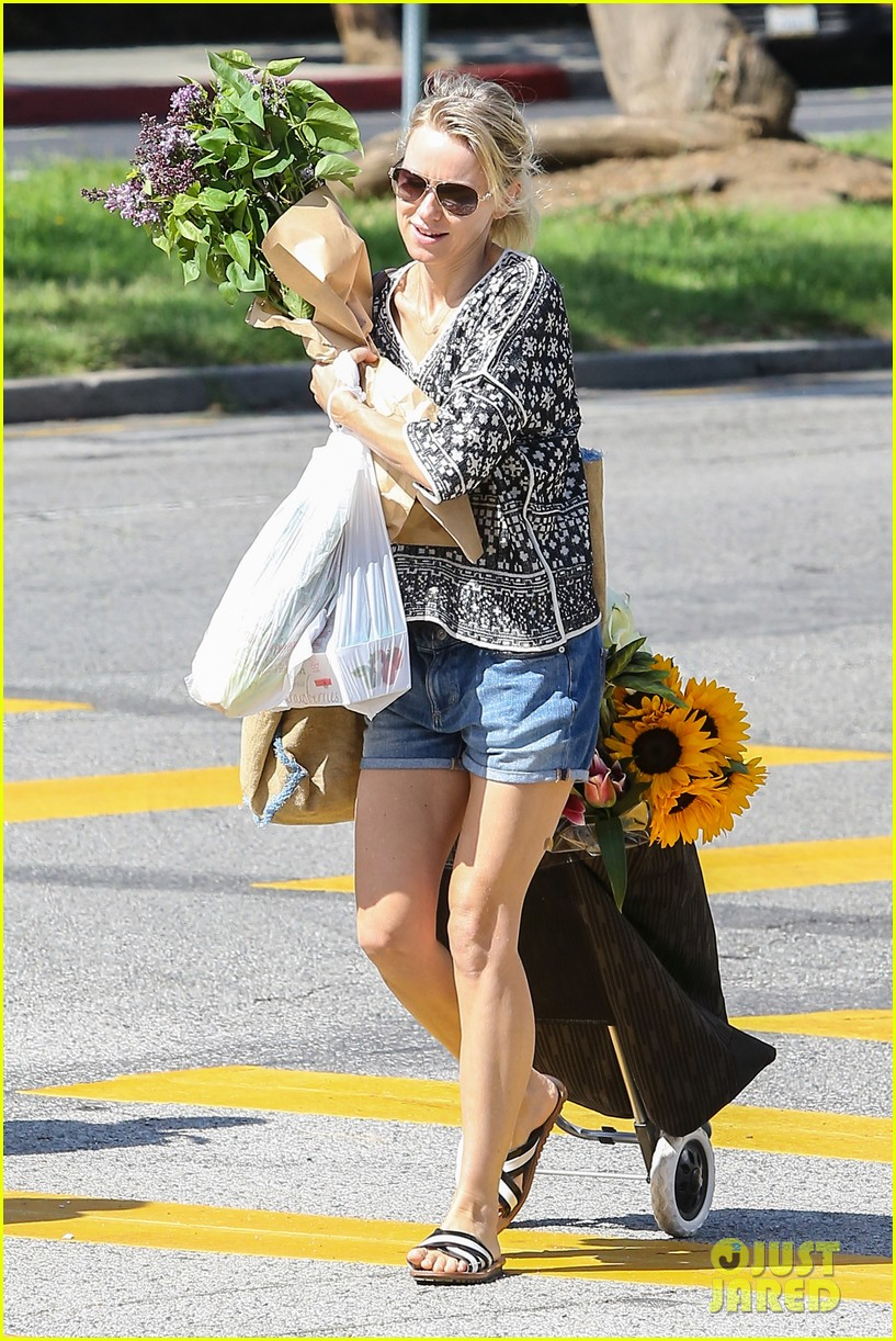 naomi watts is a flowery gal at the farmers apartment 133126094