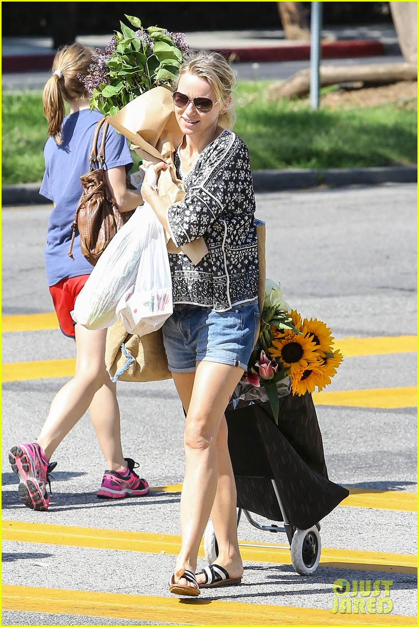 naomi watts is a flowery gal at the farmers apartment 143126095