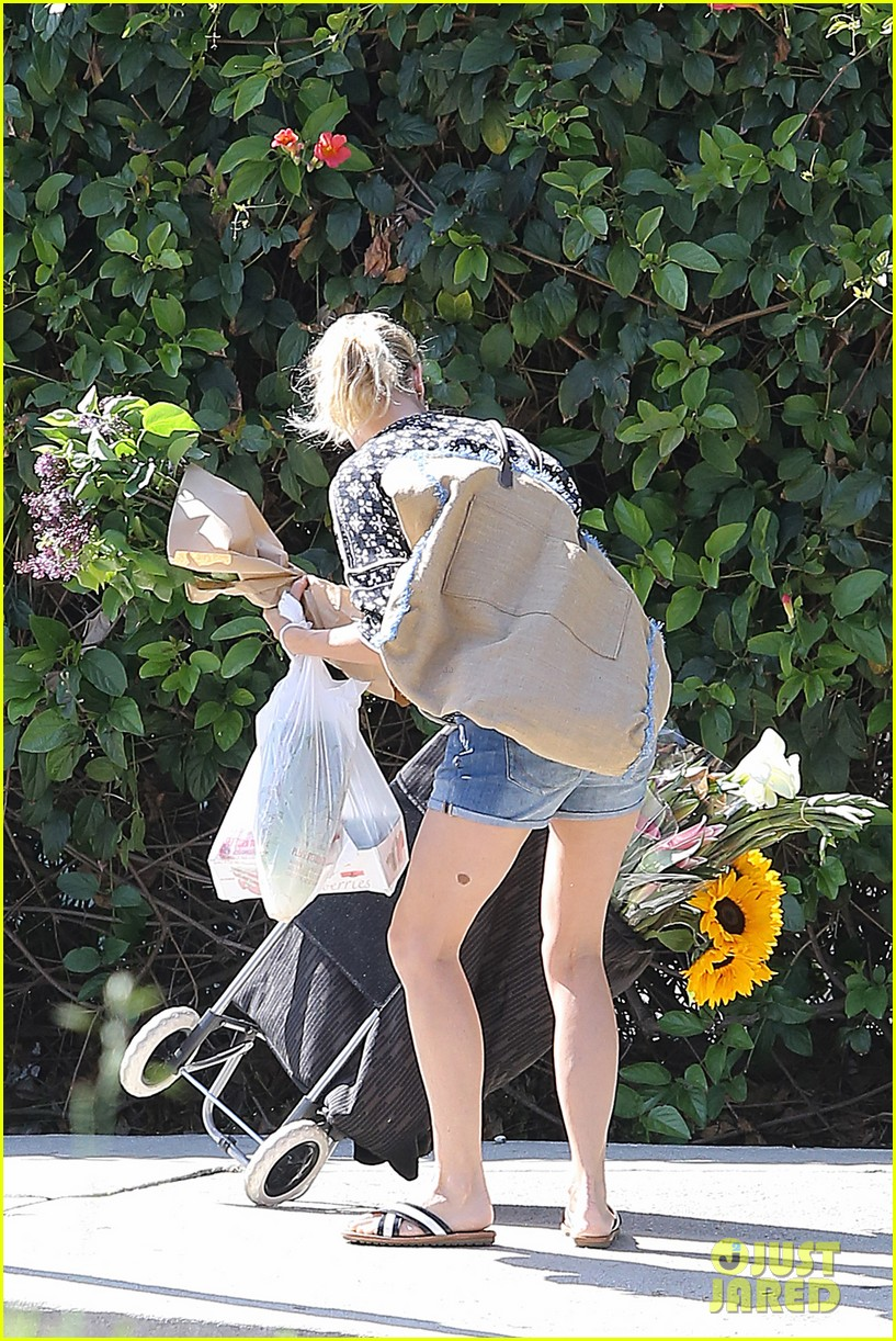 naomi watts is a flowery gal at the farmers apartment 163126097