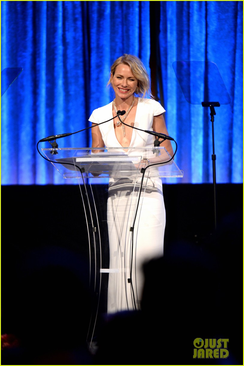 naomi watts presents spirit award to apl de ap at happy hearts fund 03