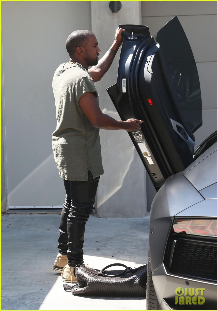 kanye west arrives home north birthday party 033141281