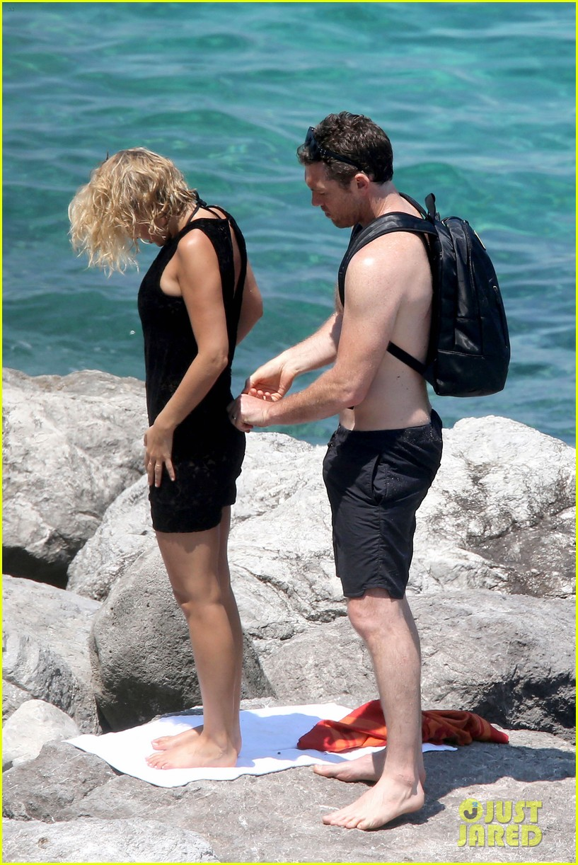 sam worthington lara bingle get handsy pack on the pda on beach 133134686