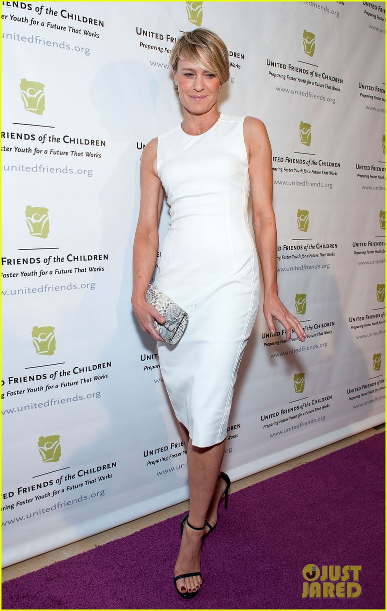 robin wright wears tight white dress to display her flawless figure 013128034