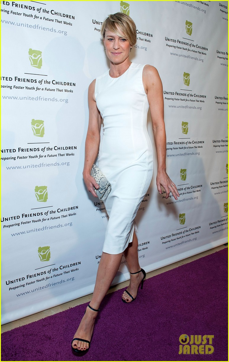 robin wright wears tight white dress to display her flawless figure 053128038