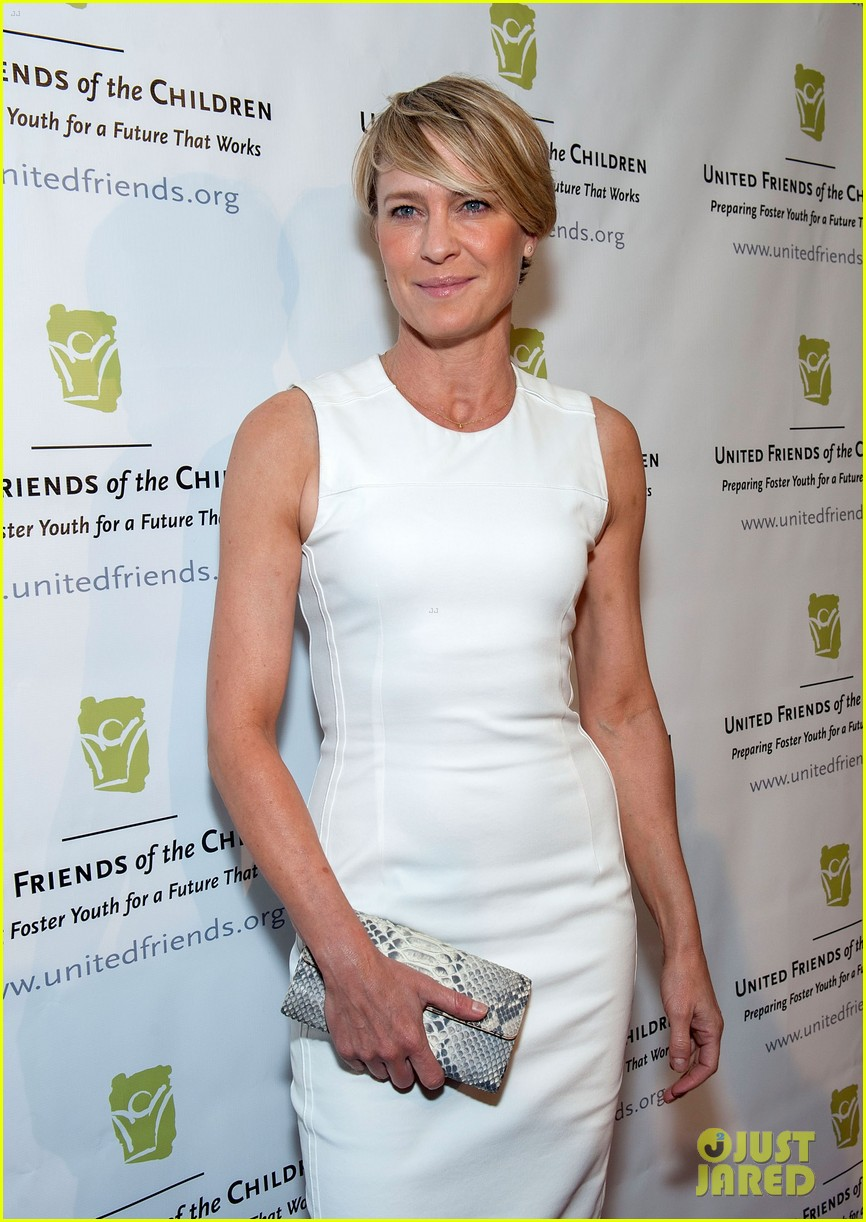 robin wright wears tight white dress to display her flawless figure 073128040