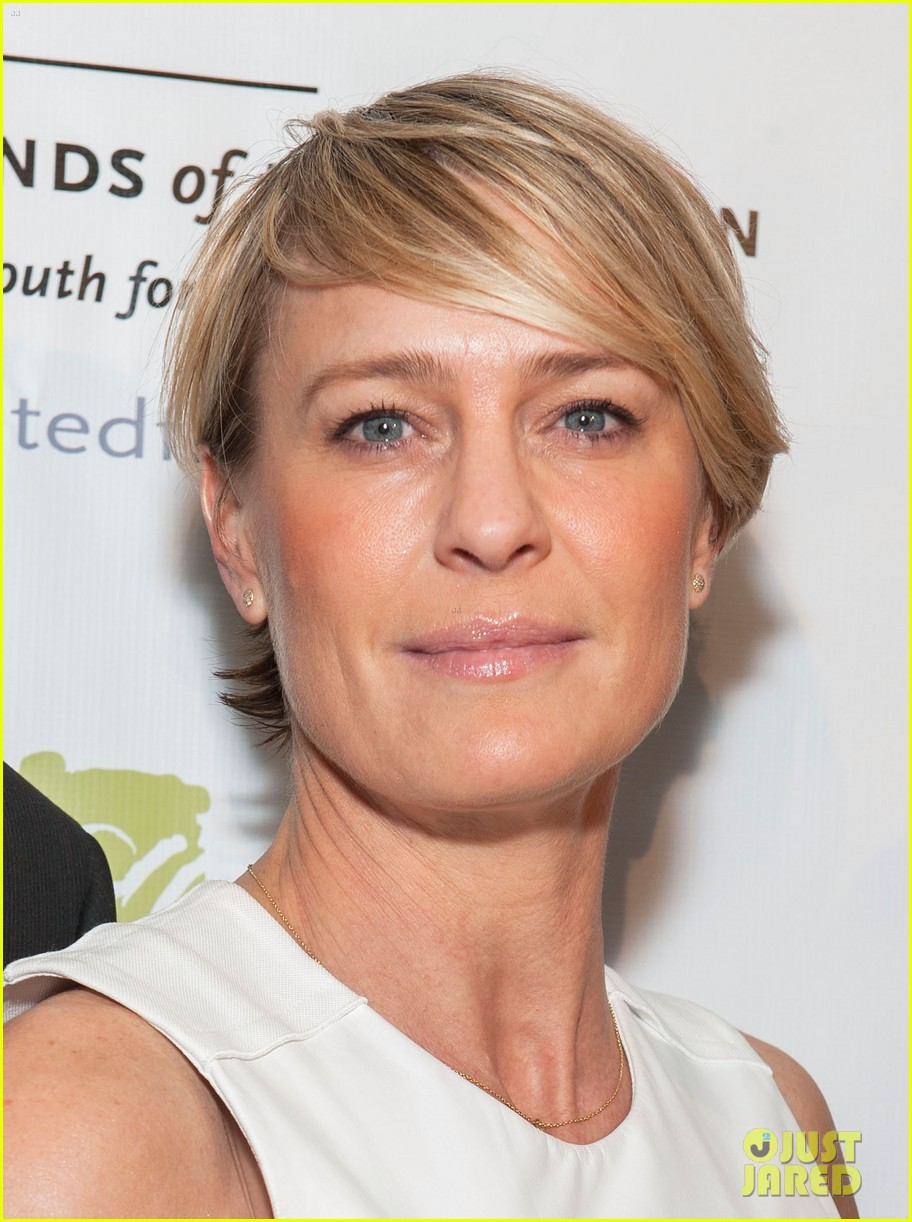 robin wright wears tight white dress to display her flawless figure 083128041