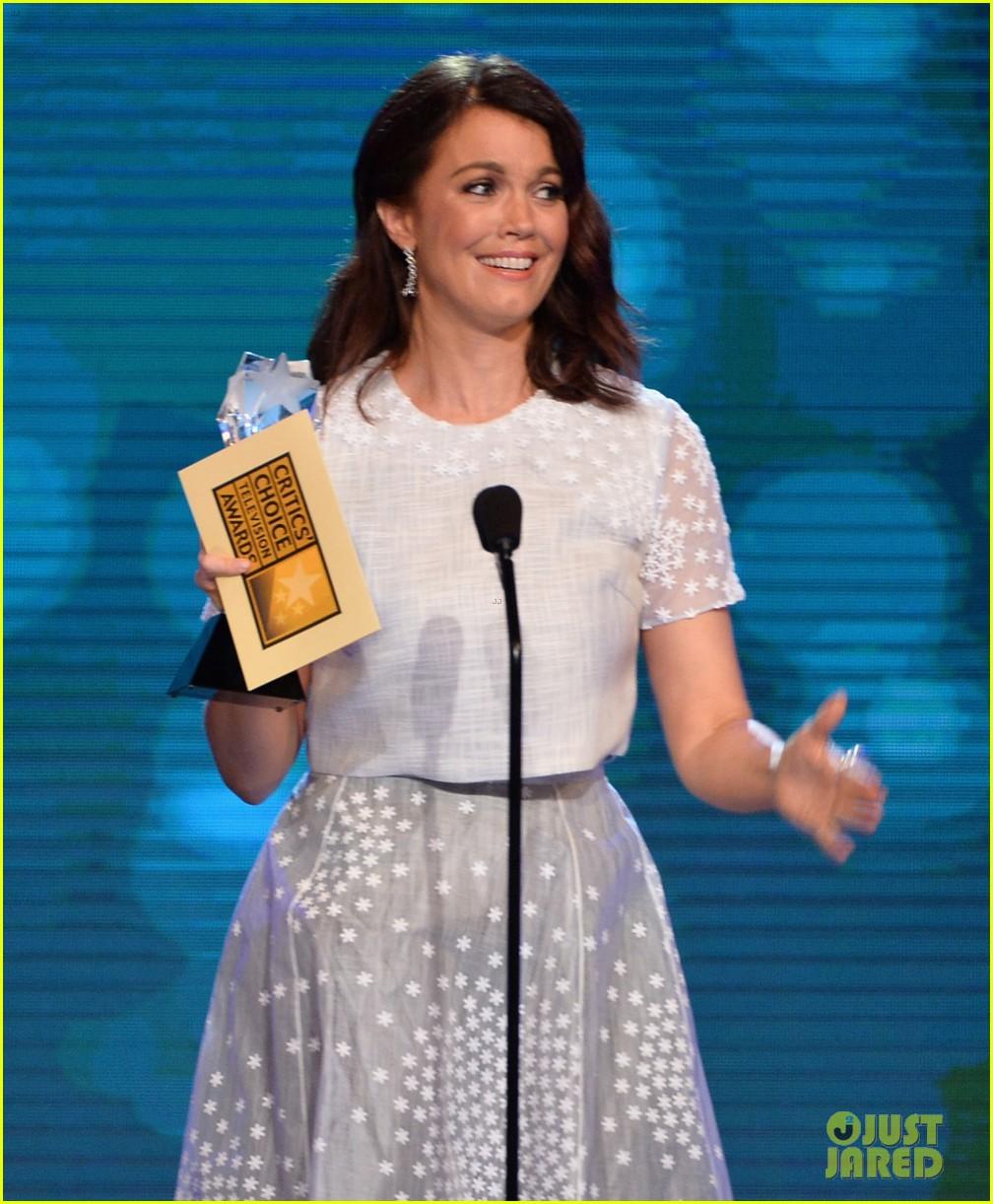 bellamy young wins at critics choice tv awards 2014 213139419
