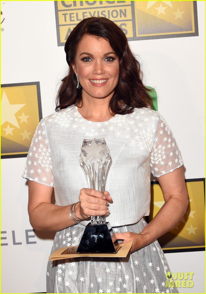 bellamy young wins at critics choice tv awards 2014 223139420