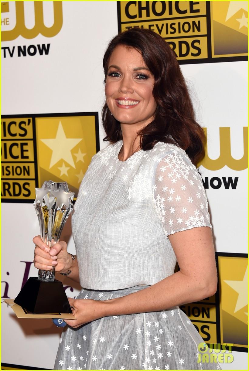 bellamy young wins at critics choice tv awards 2014 243139422