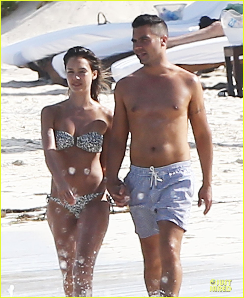 New Best Impressive Pics: Bikini-Clad Jessica Alba & Shirtless Cash Warren Show Off