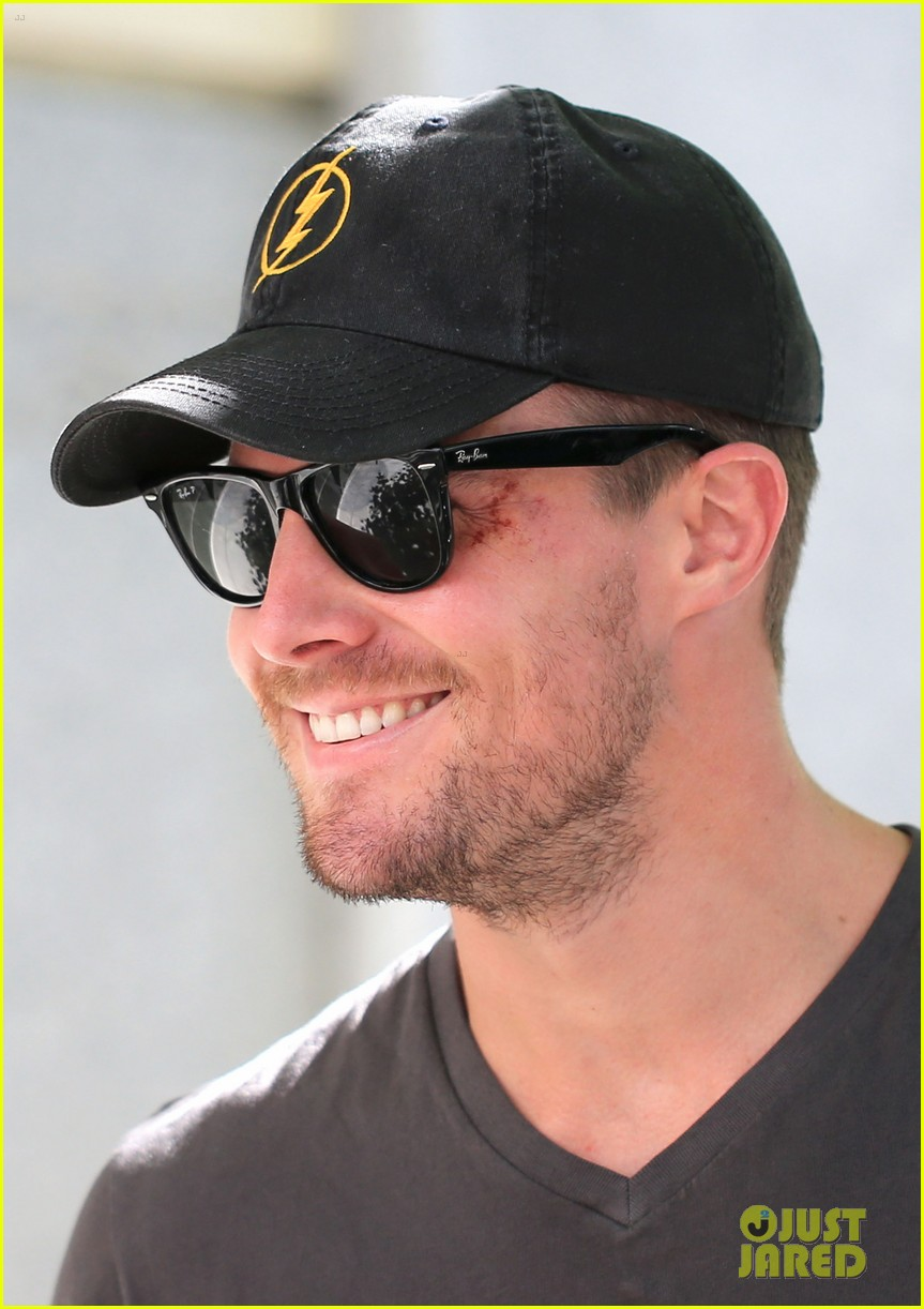 fc8925b447a Stephen Amell  Back on  Arrow  Set After Comic-Con Weekend  Photo ...