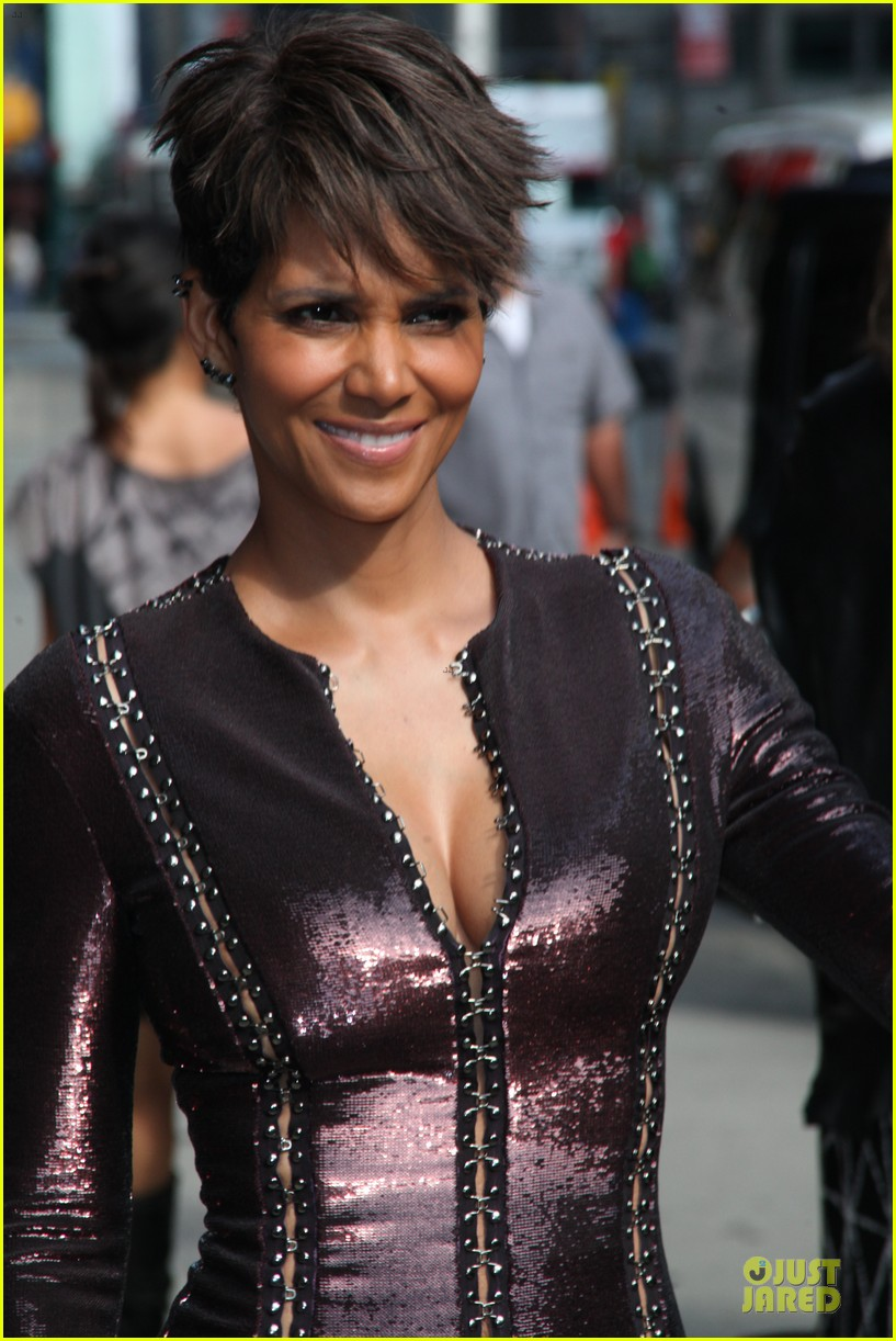 halle berry shows some cleavage at letterman 023151188