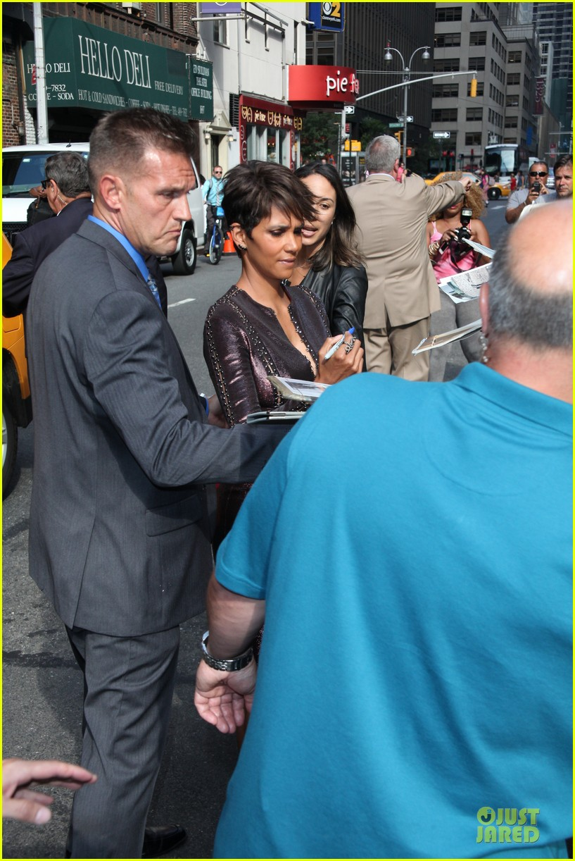 halle berry shows some cleavage at letterman 043151190
