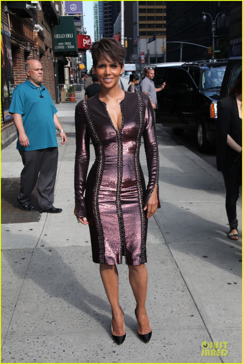 halle berry shows some cleavage at letterman 053151191