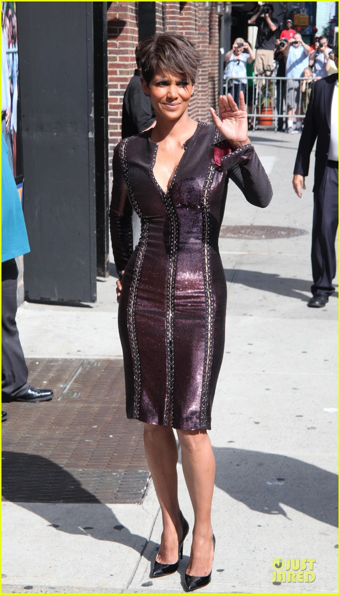 halle berry shows some cleavage at letterman 083151194
